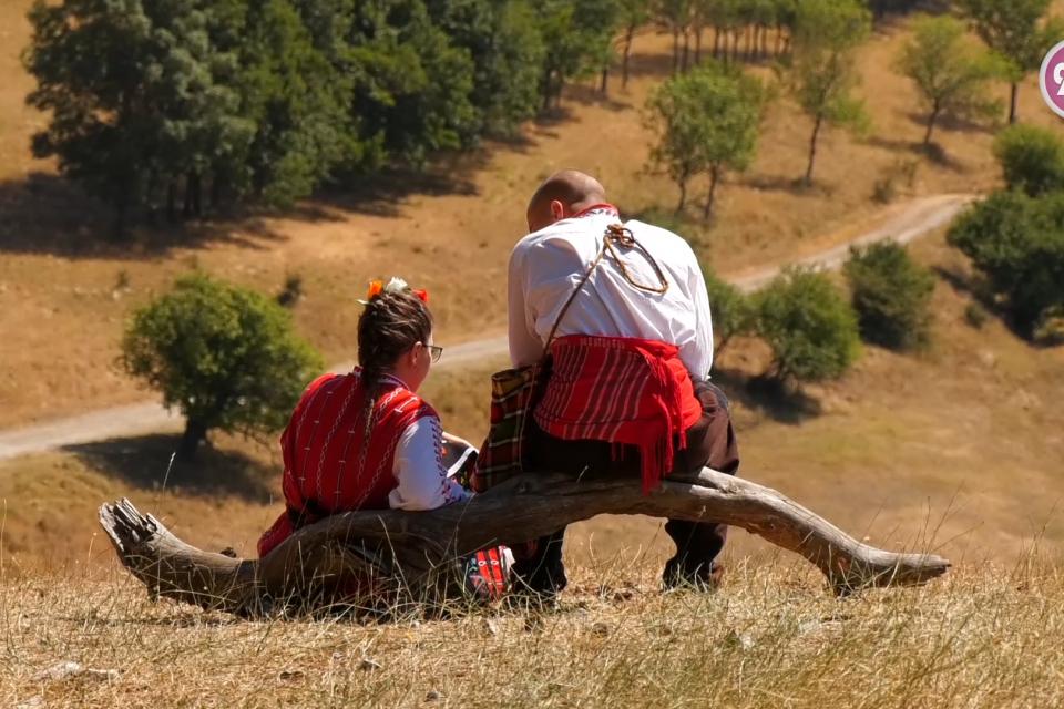 Почитатели на фолклора от цялата страна се събраха в местността Добромерица край архитектурния резерват. Всички показваха характерните за региона си носии....