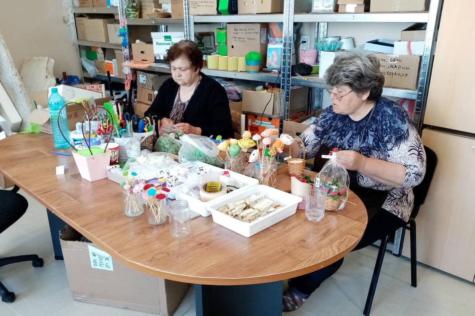 """Социално предприятие """"Работилница на Каритас"""" изработва свещи и сапуни. То се намира в гр. Раковски и в него работят хора с увреждания и лица в неравностойно..."""