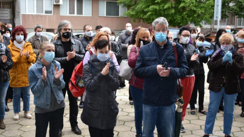 Десетки колеги и приятели на починалата от коронавирус д-р Илияна Иванова дойдоха пред болницата в Сливен, за да се простят символично с нея. С минута...
