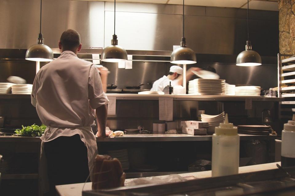 Хотелиери и ресторантьори настояват държавата да подпомогне бизнеса им и работниците им, в случай на затваряне на заведенията им. От Българската хотелиерска...
