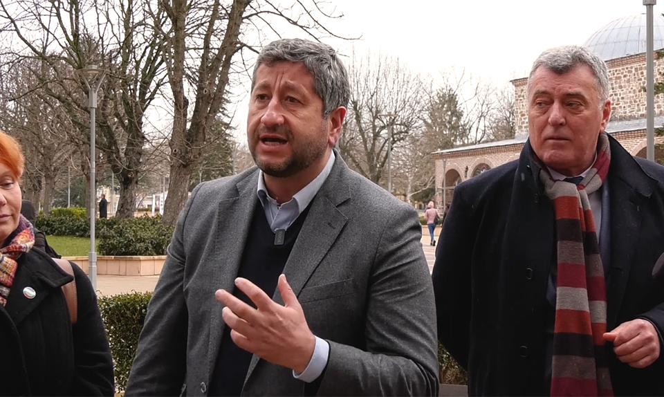 """""""Ние доказахме, че можем да налагаме дневен ред на обществото и на политическата класа, дори бидейки извън парламента. """" Демократична България"""" е онази..."""