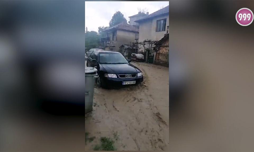 """Отново наводнение в Котел. Пътят на ул. """"Изгрев"""" се е превърнал в река, която отнася контейнери за смет, а стопани се опитват да опазят автомобилите си...."""