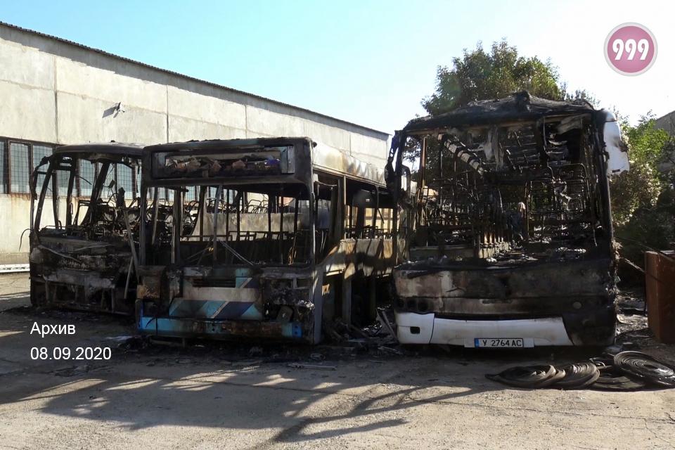 Има заподозрян за палежа на три автобуса в гараж на фирма, собственост на Мирослав Мирчев, научи 999 от близки до разследването източници. Изяснени са,...