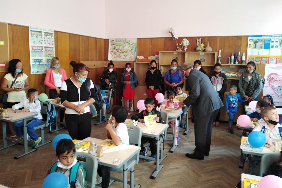 Учениците в Болярово имат индивидуални чинове и места в столовата като част от мерките срещу разпространение на вируси и зарази. От днес близо 60 деца...