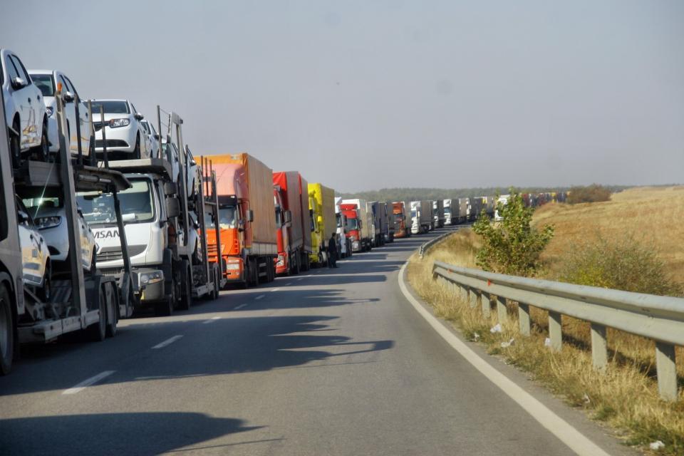 """Интензивен на изход за товарни автомобили е трафикът на ГКПП"""" Капитан Андреево"""" и """"Лесово"""". Това съобщиха от пресцентъра наГлавнадирекция """"Гранична полиция""""...."""