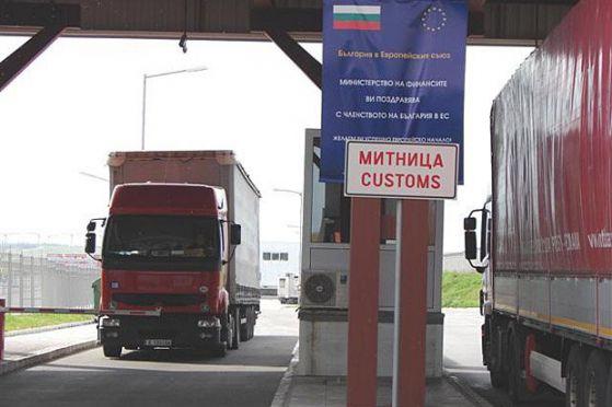 """Трафикът към граничните контролно-пропускателни пунктове """"Капитан Андреево"""" и """"Лесово"""" е интензивен, а преминаването на товарните автомобили е затруднено,..."""