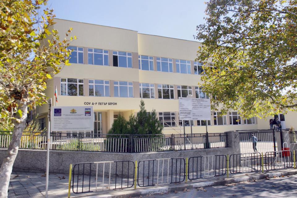 Ямболска фирма ще строи многофункционалното спортно игрище в Болярово, става ясно от публикувания на сайта на общината протокол на комисията, провела обществената...