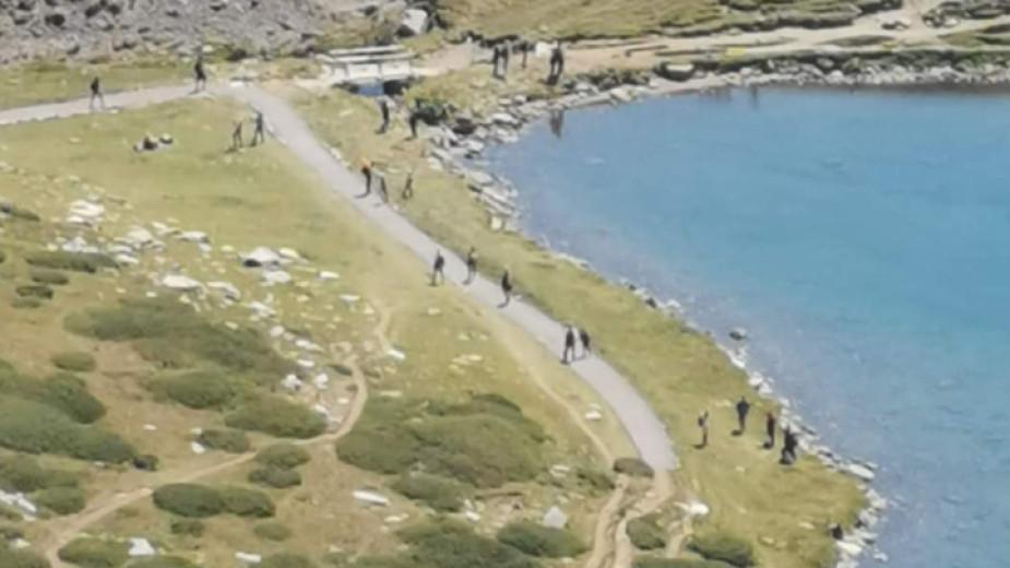 Изградени са около 50 метра пътека, застлана с трошен камък и чакъл, при езерото Бъбрека в Рила, казаха туристи, качили се на циркуса през почивните дни....