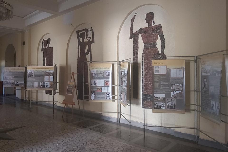 """Изложбата на Регионалния исторически музей """"Далеч от родината, с мисъл за Ямбол"""", подредена във фоайето на читалище """"Съгласие"""" в Ямбол, може да бъде посетена..."""