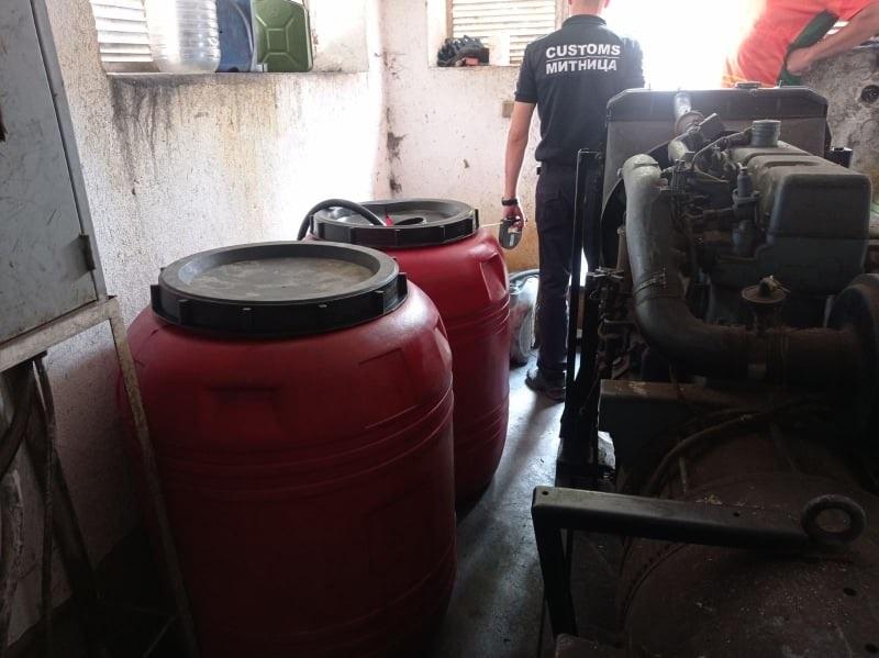 """Митнически служители от Главна дирекция """"Митническо разузнаване и разследване"""" иззеха 590 литра нелегален енергиен продукт с характеристики на..."""