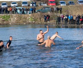 Калоян Ников извади кръста от водите на река Тунджа в Ямбол (видео)