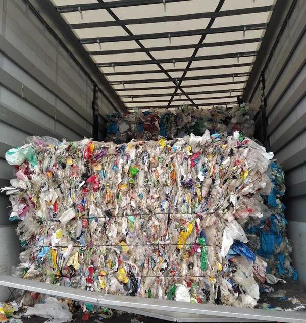 """Камиони с пластмасови отпадъци с произход от Румъния, Полша и България престояват на ГКПП """"Лесово"""" на път към предприятие за преработка в Турция. Това..."""