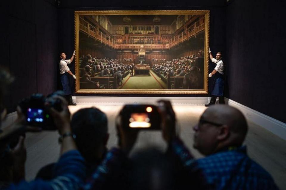 Голяма картина на стрийт арт творецът Банкси, на която се виждат маймуни да седят в британския парламент, беше продадена за над 12 милиона долара на търг...