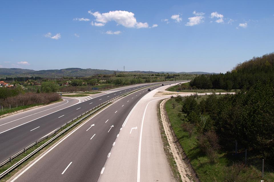 """Временно движението в участъка от АМ """"Тракия"""" в платното по посока за Бургас се отклонява през пътен възел Церово. Причина за това е пътно-транспортно..."""
