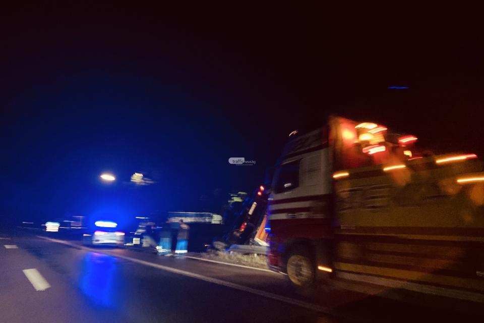 """ТИР катастрофира на АМ """"Тракия"""" край Бургас между Зимница и Карнобат. Инцидентът е станал около 2,10 часа в района на 317-318 км в посока Бургас край село..."""