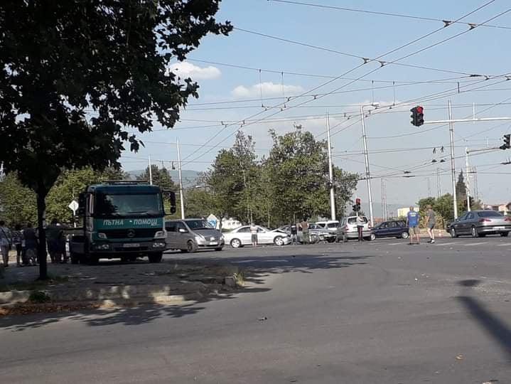 Отново катастрофа в Сливен. Три коли са се сблъскали на известното като стъкленото кръстовище на входа на Сливен към Ямбол около 17 часа. Една жена е откарана...
