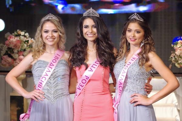 """Общо 17 са кандидатките в конкурса """"Царица Роза 2021"""" в Казанлък , които ще се надпреварват за короната тази вечер, съобщиха от пресцентъра на общината..."""