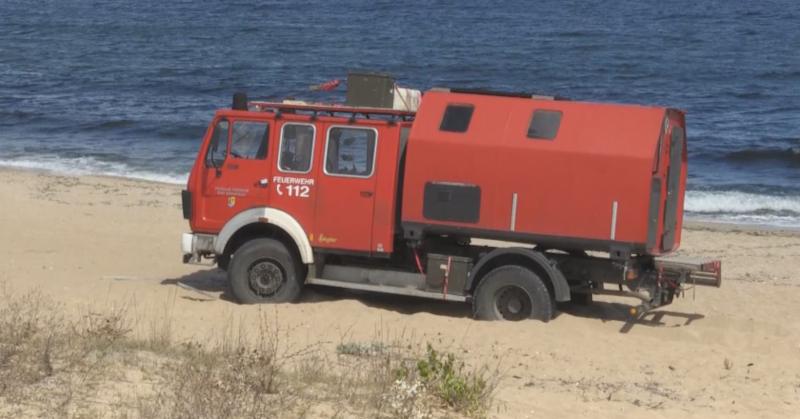 """За пореден път кола влезе в защитената зона на плаж """"Алепу"""". Този път обаче стара пожарникарска кола, превърната в кемпер, затъна в пясъка в сряда. Концесионерът..."""
