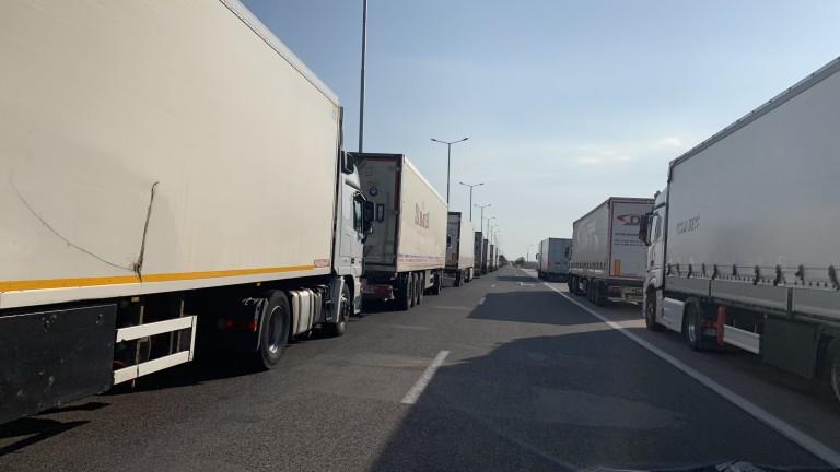 Километрични са колоните от тежкотоварни камиони на пункта Капитан Андреево за влизане в Турция. Опашки има и от автомобили, чакащи да влязат на територията...