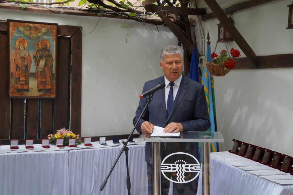Уважаеми учители, Уважаеми читалищни деятели, Уважаеми творци, Днес е най-българският празник - 24 май! За първи път го честваме с промененото му име...