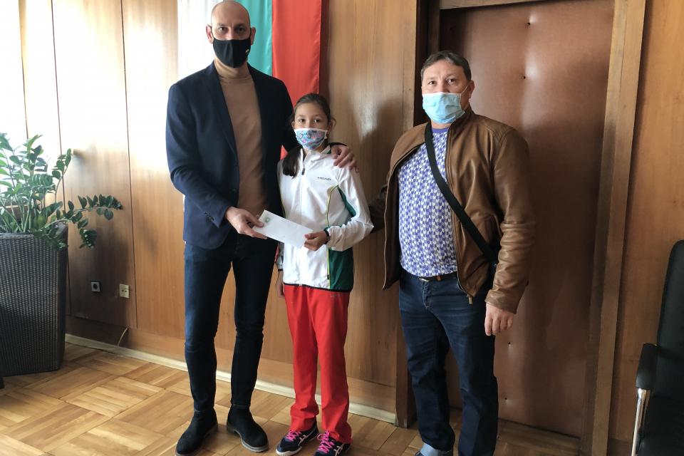 Валентин Ревански продължава да подкрепя общественозначими каузи и млади таланти. Този месец той дари заплатата си, поделена между две ямболски надежди...