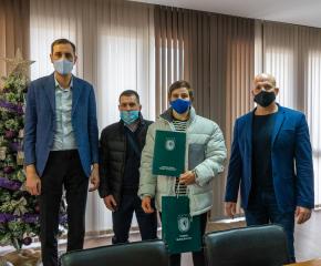 Кметът на Община Ямбол Валентин Ревански и неговият заместник Енчо Керязов поздравиха състезателката по борба  Юлияна Янева