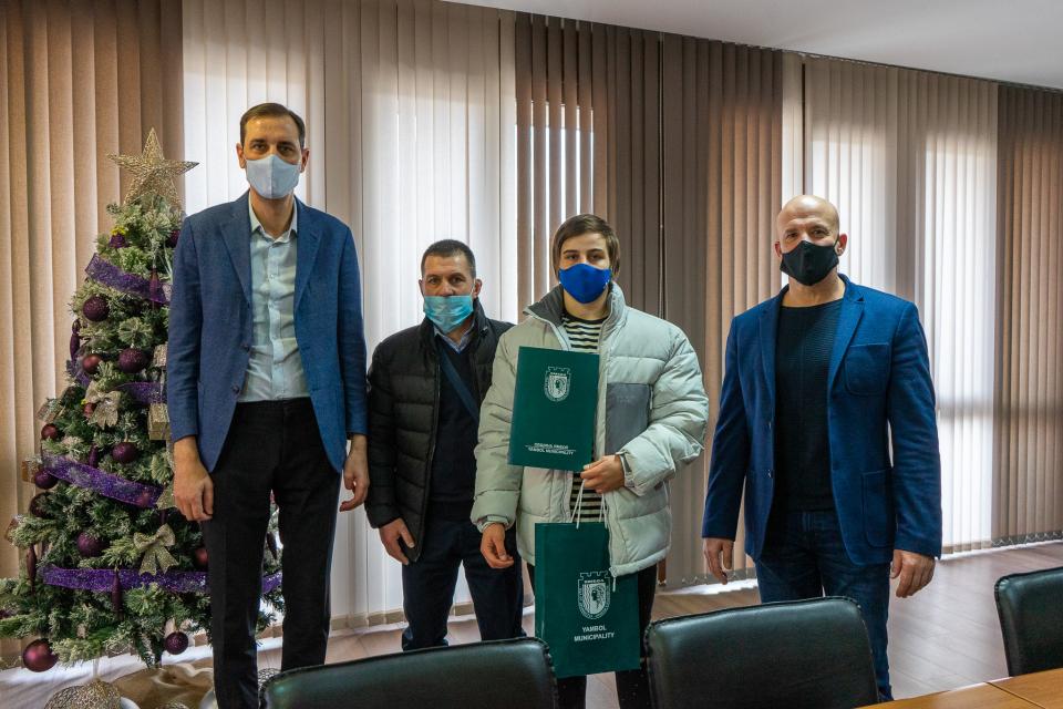 Кметът на Ямбол Валентин Ревански и неговият заместник Енчо Керязов се срещнаха със състезателката по борба Юлияна Янева, която спечели златен медал от...