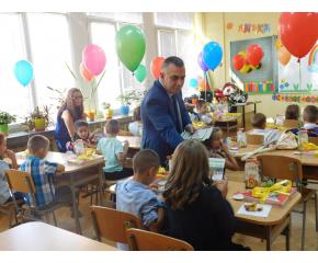 Кметът на Сливен: Доброто партньорство между учители, родители и общественост са важни за образованието