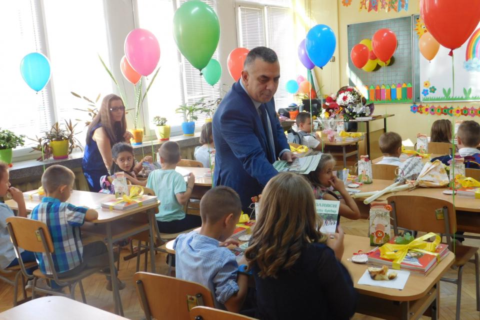 """С празнична програма започна новата учебна година в ОУ """"Елисавета Багряна"""" в Сливен. Официален гост на събитието беше кметът Стефан Радев, който пожела..."""