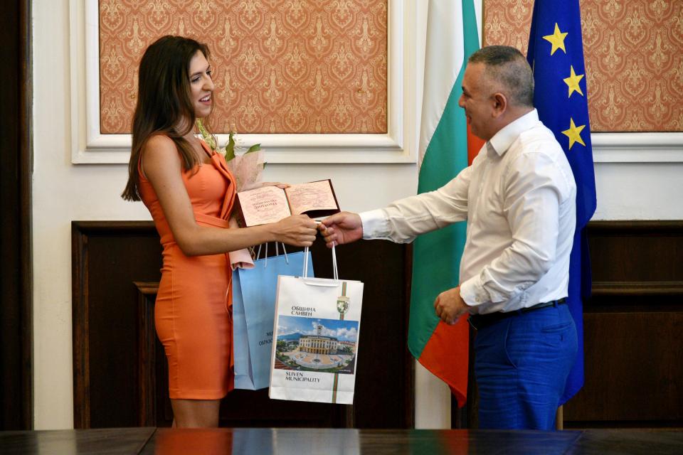 """Кметът Стефан Радев днес се срещна с Ванина Стойчева, завършила с пълен отличен успех средното си образование. Възпитаничката на ППМГ """"Добри Чинтулов""""..."""