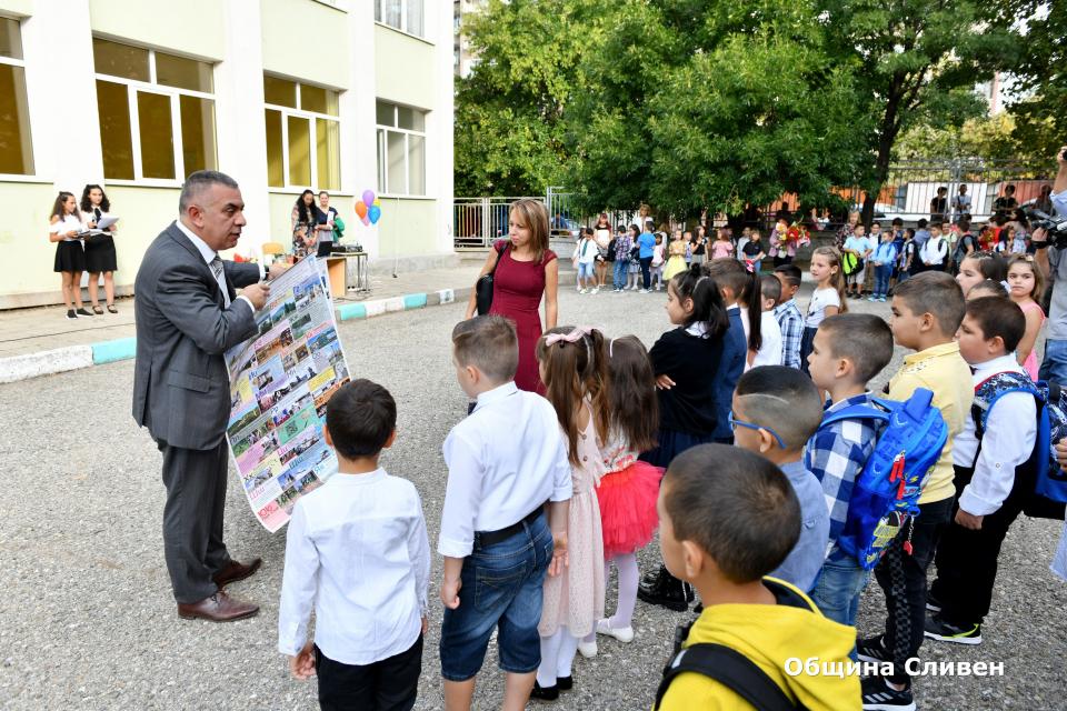 """Кметът Стефан Радев откри новата учебна година в ОУ """"Панайот Хитов"""" в Сливен. В приветствието си към ученици, учители и родители той подчерта, че няма..."""