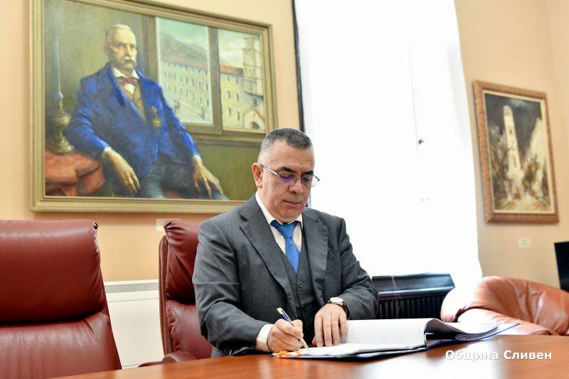 """Кметът Стефан Радев подписа договор с Управляващия орган на Оперативна програма """"Региони в растеж"""" (ОПРР) за безвъзмездно финансиране и изпълнение на проект..."""