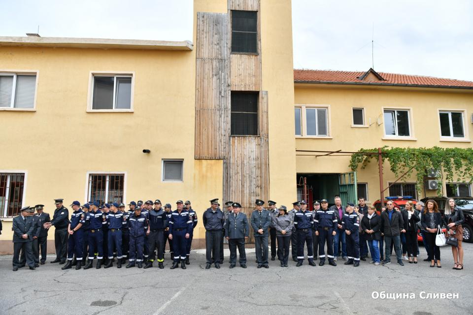 В двора на сградата на пожарната в Сливен днес се състоя тържество, посветено на Професионалния празник на българските огнеборци, който по традиция се...