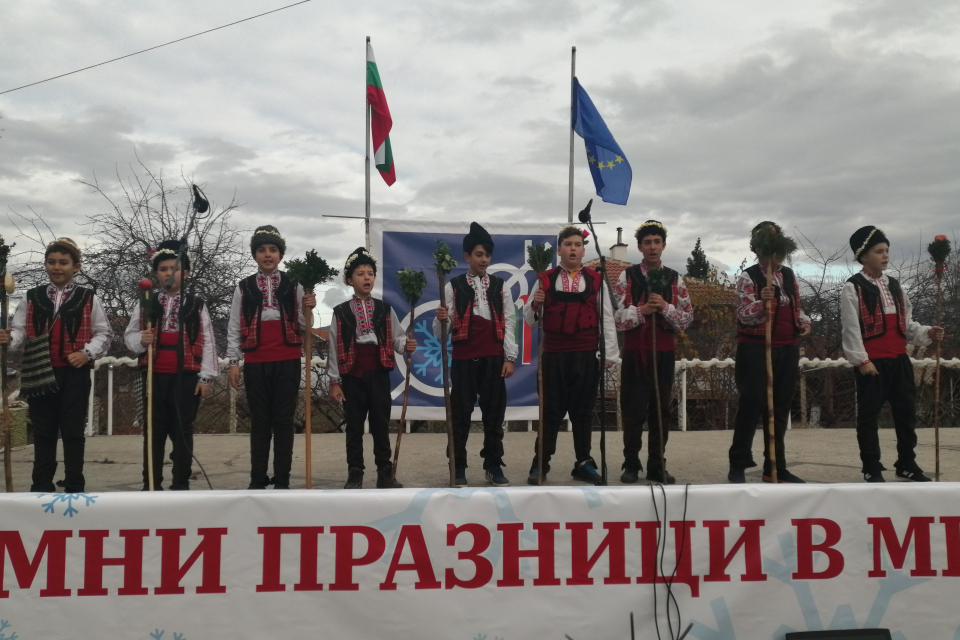 """За поредна година село Мечкарево е домакин на традиционния Регионален фолклорен събор ,,Зимни празници"""". Съборът е с конкурсен характер, като основните..."""