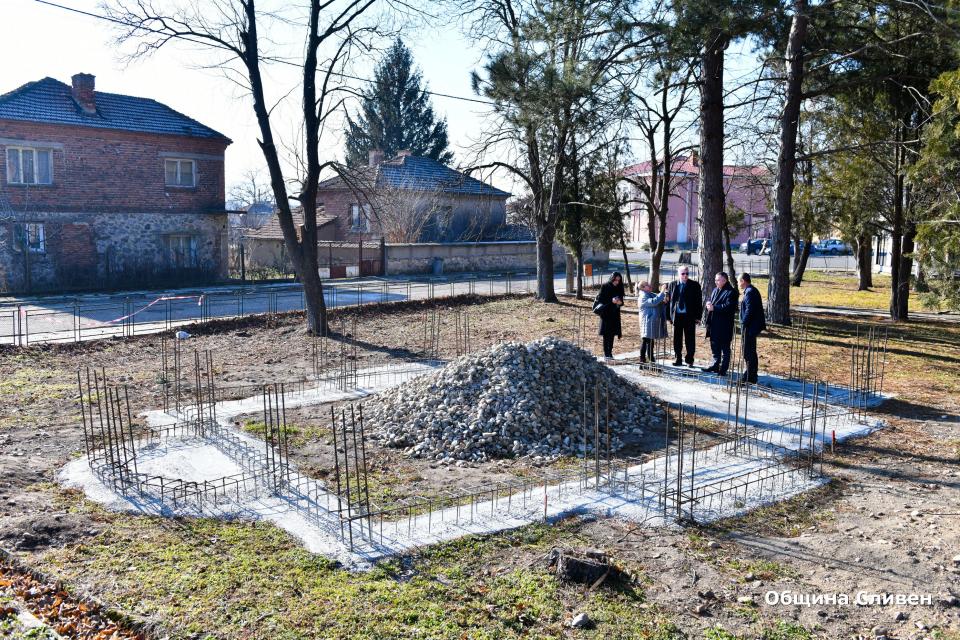 Кметът Стефан Радев посети днес село Бинкос, където се запозна с етап от строящата се в момента православна църква. Строителството й започна в края на...