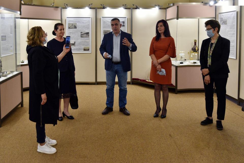 """Кметът Стефан Радев откри изложбата """"Светлина и технологии"""" в Музея на текстилната индустрия. В нея са показани автентични уникални керамични лампи от..."""