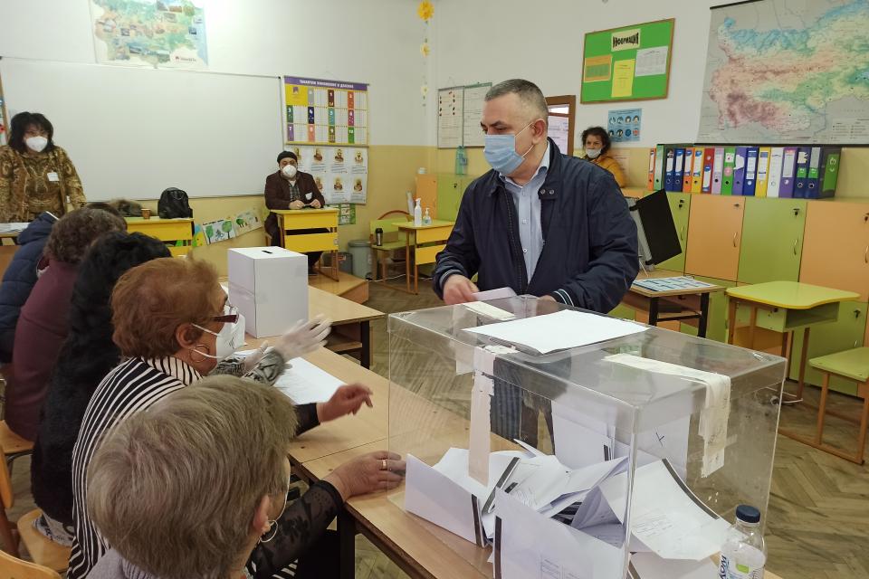 """Кметът на община Сливен Стефан Радев упражни правото си на глас в СУ """"Йордан Йовков"""" в 10 часа. Пред журналисти той заяви, че вотът му е за продължаване..."""