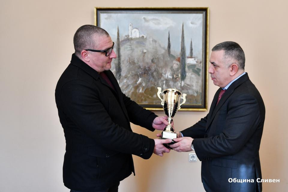 Автомобилната федерация на България отличи кметът Стефан Радев с купа за приноса му в развитието на автомобилния спорт в Сливен. Тя му бе връчена от мениджъра...