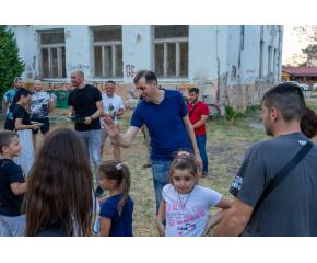 """Кметът на Ямбол обсъди с граждани проект за облагородяване на двора на бившето училище """"Ради Иванов Колесов"""" в квартал """"Каргон"""""""