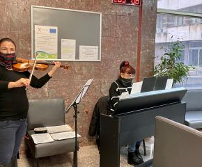 """Коледно настроение с музиканти от Камерен оркестър """"Дианополис"""" във фоайето на Община Ямбол"""