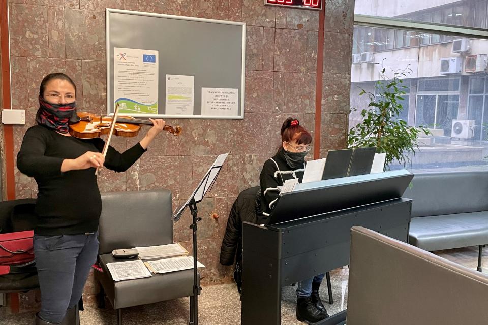 """От днес до първите дни на януари музикантите от Камерен оркестър """"Дианополис"""" на смени ще допринасят за празничното настроение на гражданите, които посещават..."""