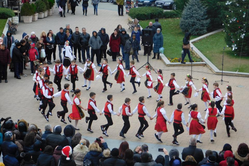 На връх Рождество Христово жители и гости на Сливен се включиха в коледното веселие, състояло се до сградата на Общината. От името на кмета Стефан Радев...