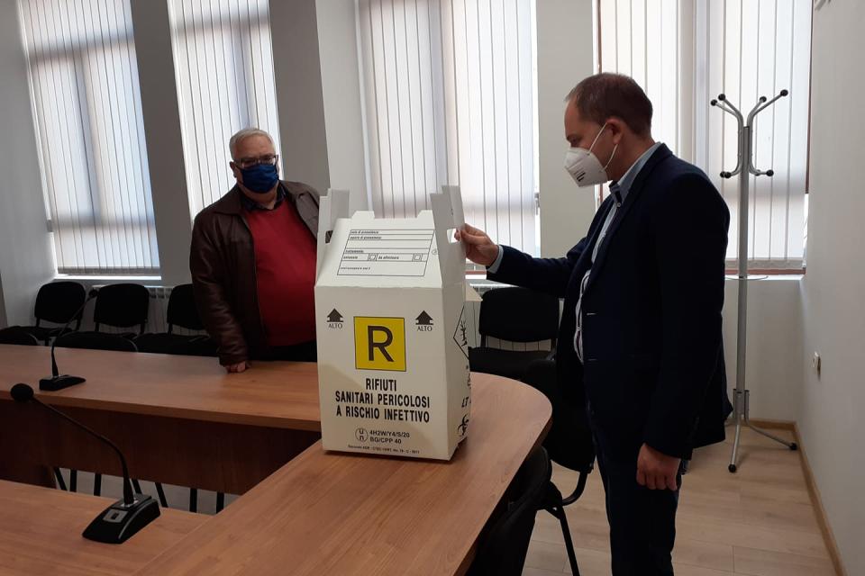 Контейнери за еднократна употреба за съхранение и извозване на опасни болнични отпадъци предостави днес областният управител на област Ямбол на Многопрофилна...