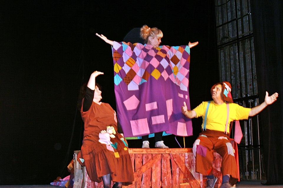 В събота на 6 юни почитателите на кукленото театрално изкуство ще имат среща този път с Котаракът в чизми. Постановката ще започне в 11 часа, при спазването...