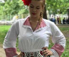 Красиви момичета от Ямбол се конкурират в конкурс за българска носия