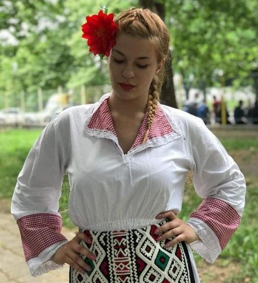 Четири красиви момичета от Ямбол кандидатстват за конкурса на Sk music за най-красива българска носия, видя репортер на 999. Със свои снимки в носии с...