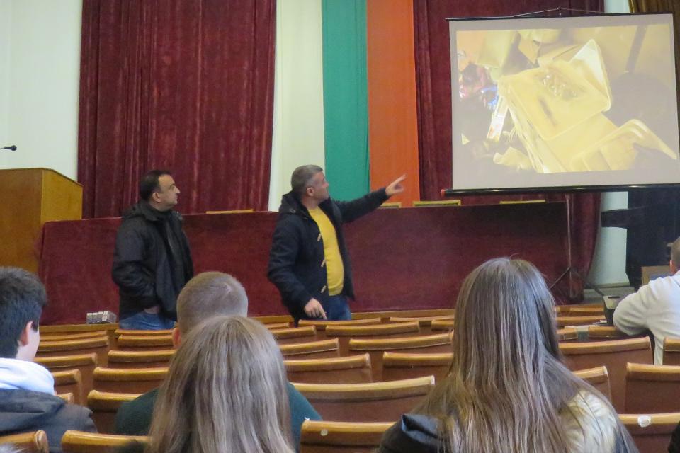 """Четвърта по ред среща се проведе вчера в сградата на ОДМВР-Сливен на ученици от ПГПЗЕ """"Захарий Стоянов"""" и полицейски служители от сектор """"Противодействие..."""