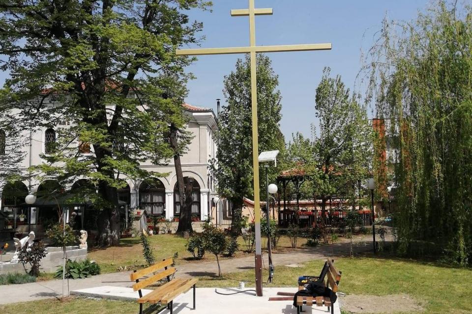 """На Кръстовден в двора на ямболския храм """"Св. Великомъченик Георги"""" ще бъде тържествено осветен нов шестметров железен кръст, съобщи енорийският свещеник..."""