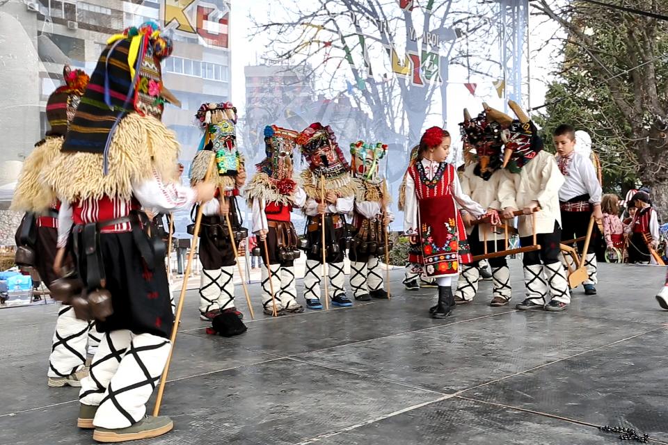 """С детския фолклорен празник """"Аз съм кукерче"""" стартираха проявите на Кукерландия 2020. С много настроение малчуганите пресъздадоха обичая. Тази година децата..."""