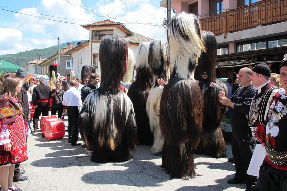 В разложкото село Елешница на връх Великден се провежда Кукерски фестивал. Празникът е традиционен, очаква се групите от всички квартали да се съберат...